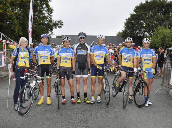 Les leaders du Trophée de l'Ouest avec Christophe SICOT, le fondateur/gérant de Rue du Vélo (au centre)